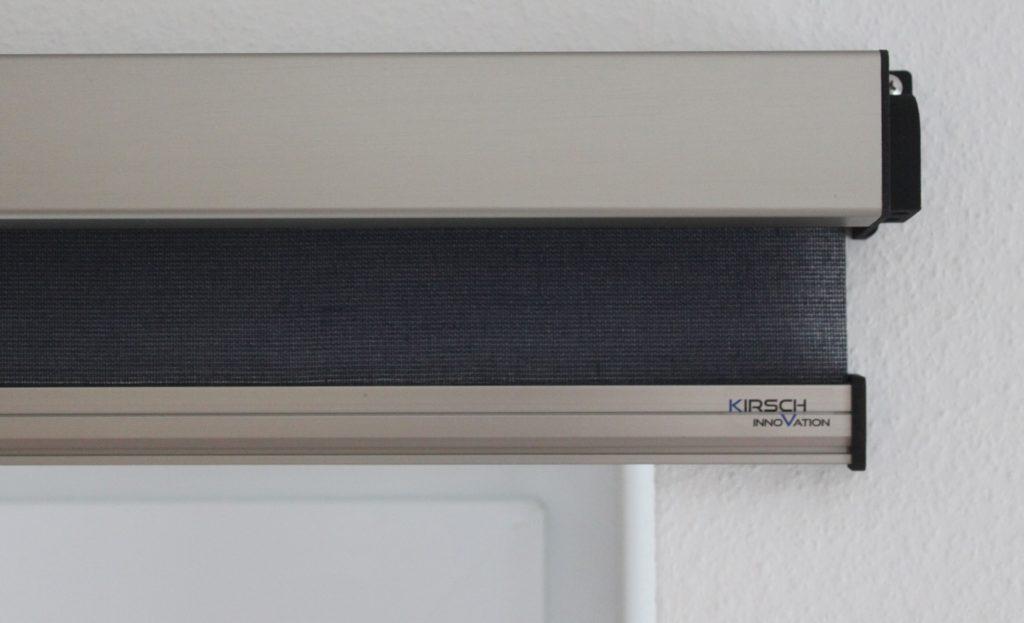 Sonnenschutz-Elektrorollo an der Wand Nahaufnahme