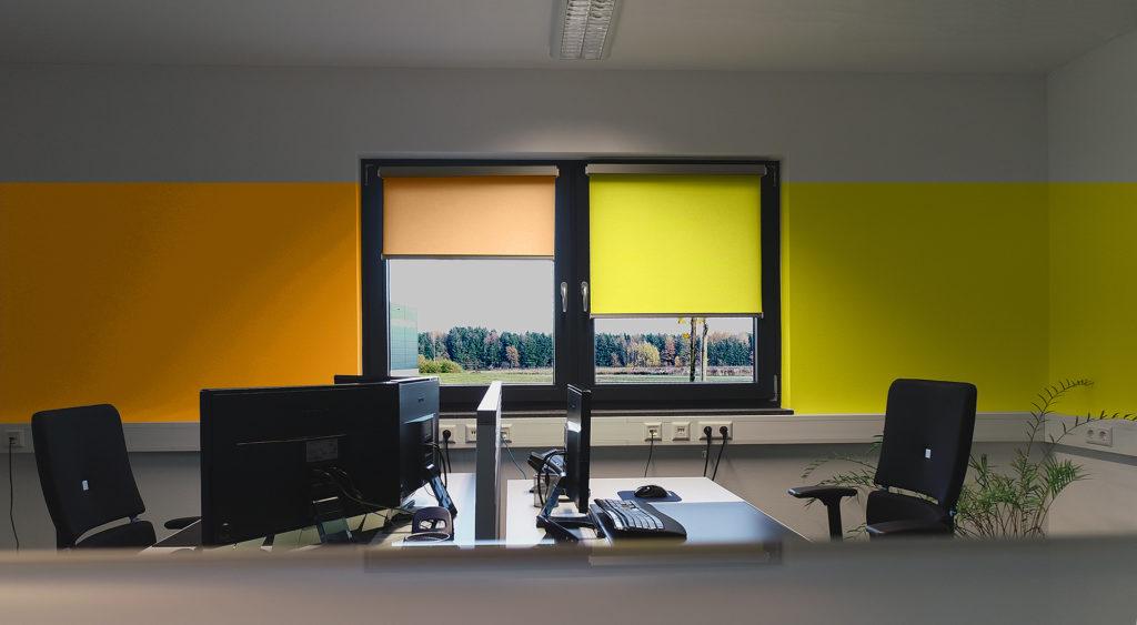 Sonnenschutz-Elektrorollo im Büro