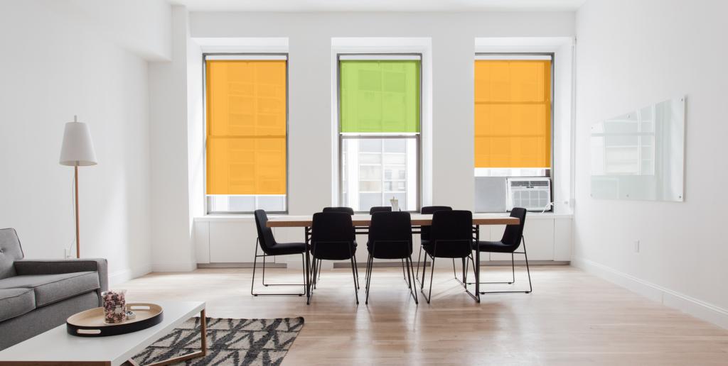 Sonnenschutz Elektrorollo im Wohnzimmer farbig